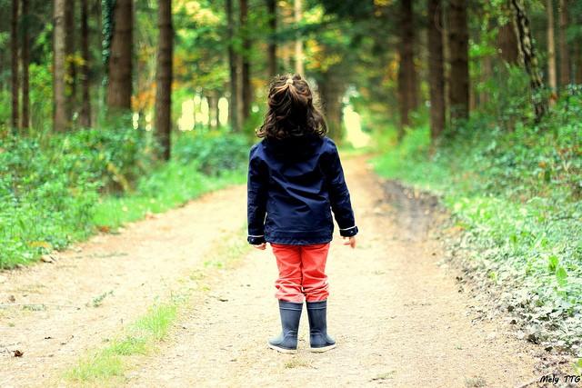 Bain de forêt enfants - une petite fille pratique shinrin-yoku