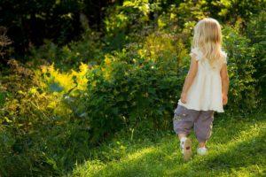 Connexion enfants nature - fille se dirigeant vers des arbres