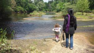 Connexion enfants nature - fille avec sa mère devant un lac