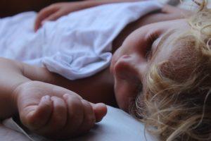 polluants matelas enfants - un petit garçon fait la sieste