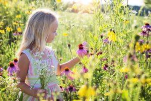topophilie santé enfants - une petite fille dans les fleurs