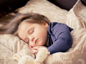 enfants vulnérables pollutions - enfant qui dort sans polluants