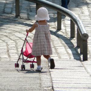 Santé environnementale Rémy Slama - petite fille qui joue avec une poussette