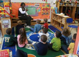 Détoxification des enfants et polluants environnementaux - élèves entourés de sources de pollution en classe