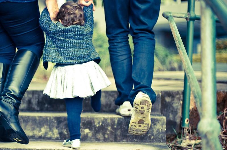 biosurveillance polluants enfants - petite fille entourée de ses parents