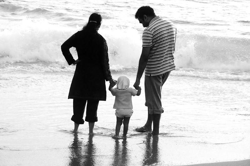 surveillance substances pollutions enfants - fille avec ses parents à la mer
