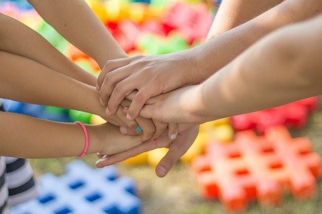 enfants qui protègent leur santé de plastiques dans l'environnement