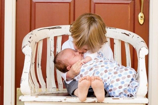 santé environnement et pédiatrie : un enfant qui protège un bébé